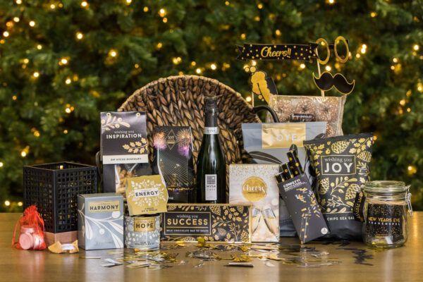 kerstpakket-kerstgeschenk-partytime-rietenmand-kandelaar