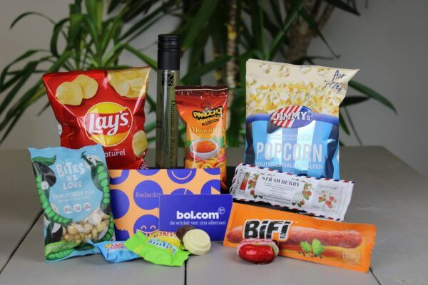 borrelbox-met-cadeaubon-bol.com-bijenkorf-kadobon-cadeau-geschenkbon-borrelpakket-brievenbusdoosje-brievenbus-klein